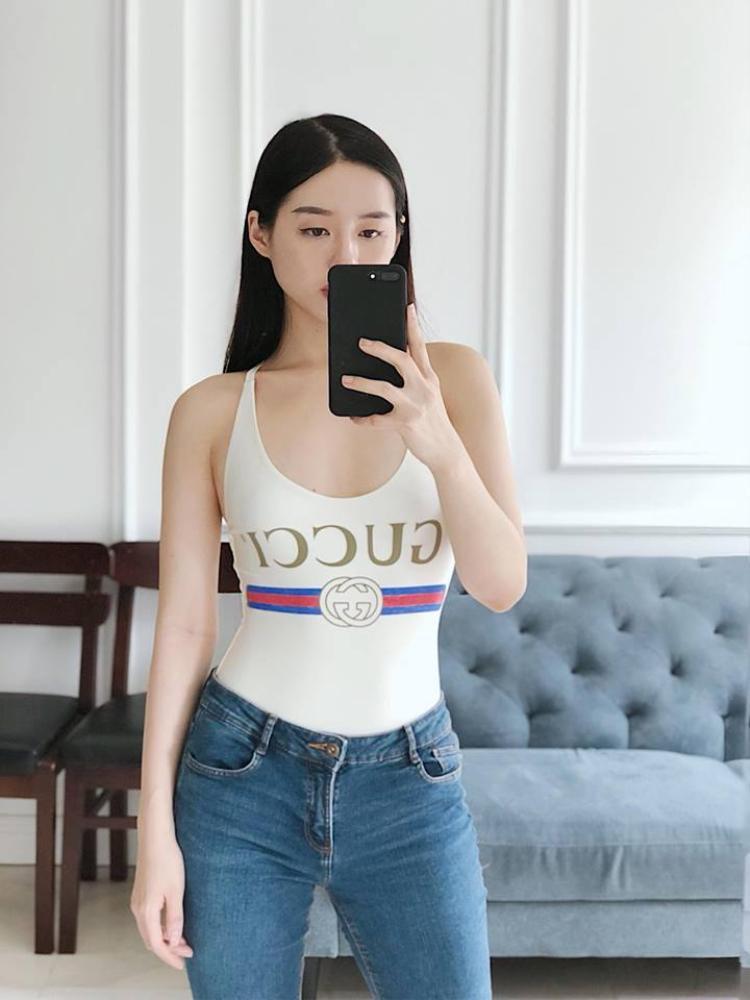 Khánh Linh The Face cũng khoe hình thể tuyệt đẹp với bộ đồ hàng hiệu của Gucci.