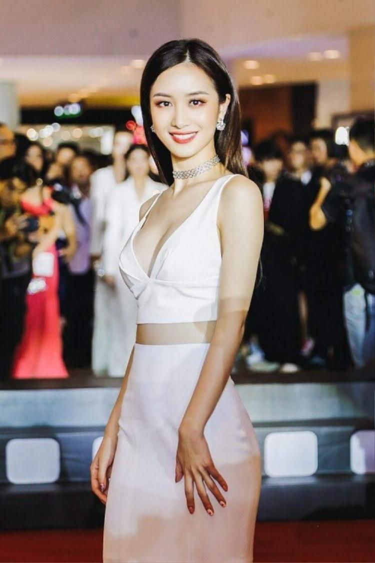 Mới gia nhập hội người đẹp có vòng 1 khủng, áo crop top khoe ngực chắc chắn sẽ là item yêu thích của Jun Vũ trong thời gian tới.