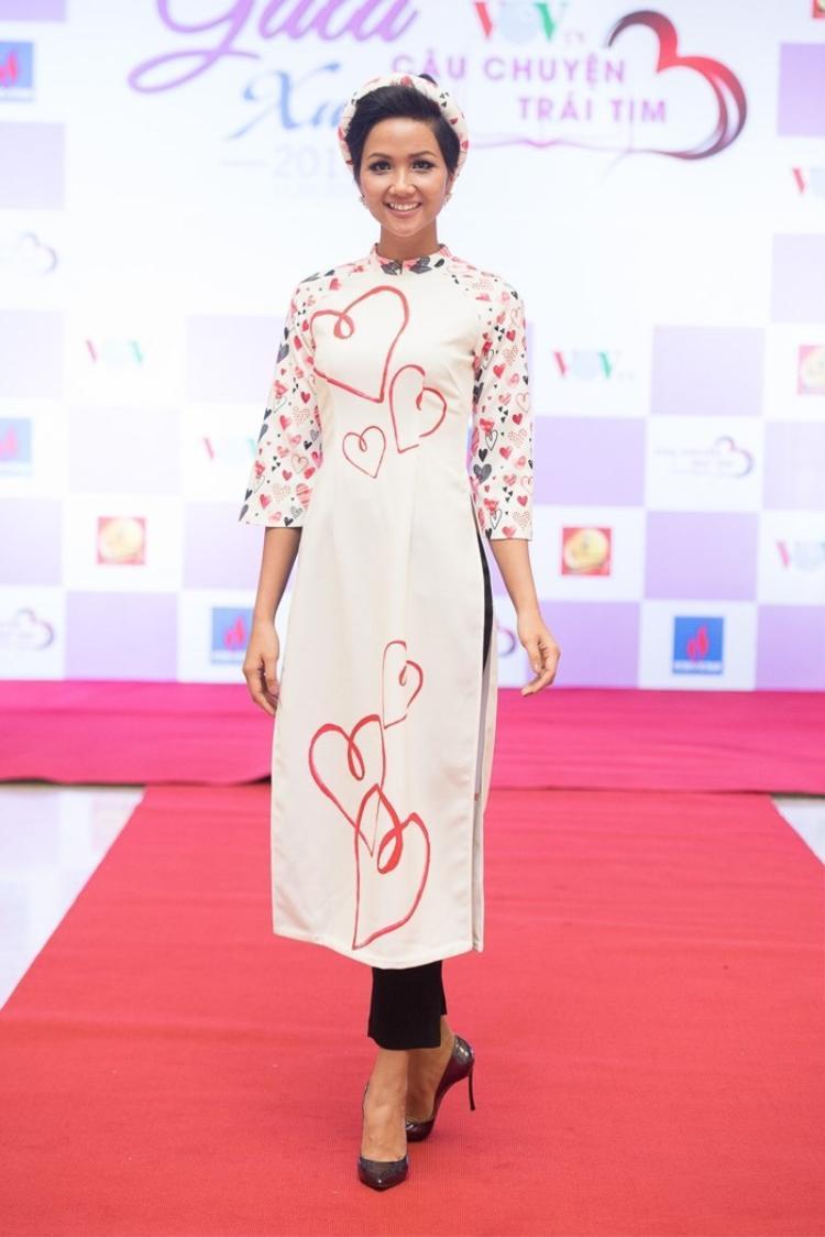 Tham gia một chương trình truyền hình vào ngày 11/2, Hoa hậu Hoàn vũ Việt Nam 2017 một lần nữa mặc trang phục truyền thống của dân tộc.