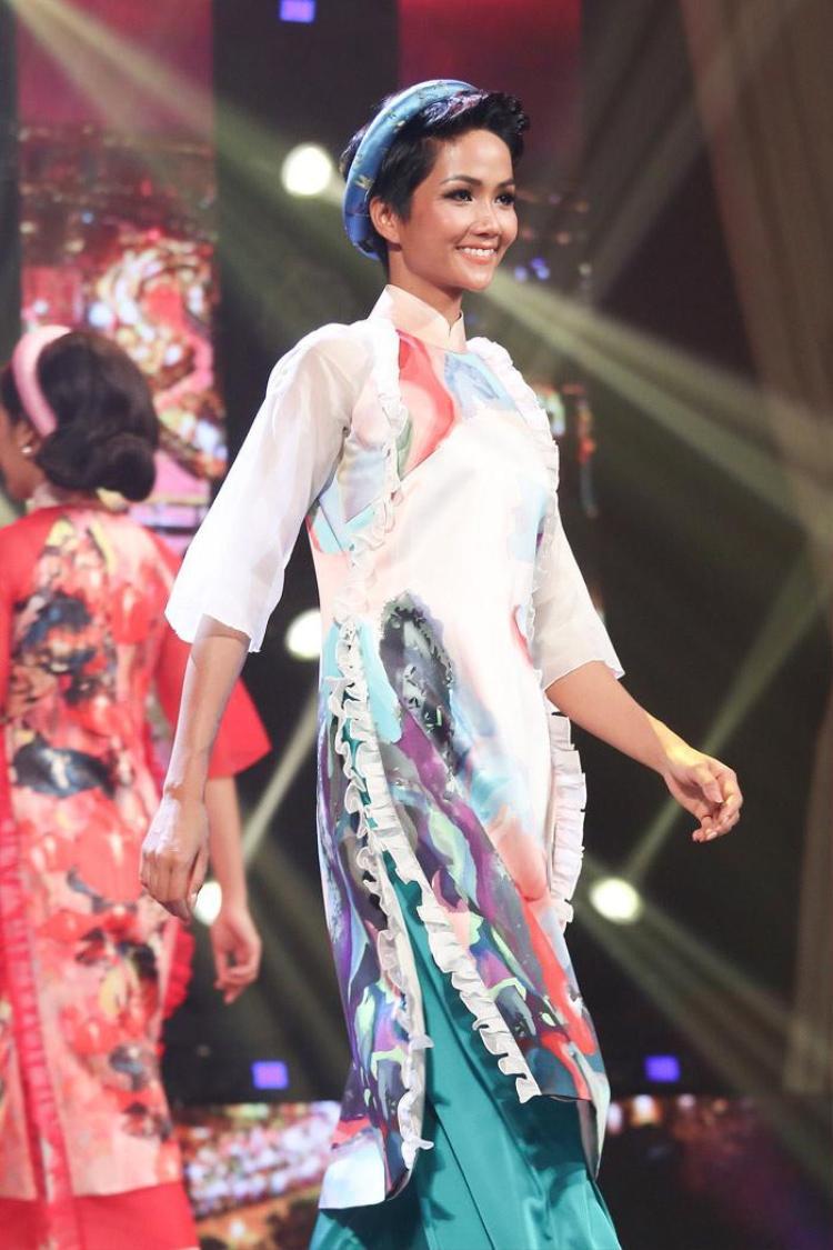 Được biết, việc hoa hậu mặc áo dài đến tham dự sự kiện cũng là để thuận tiện hơn khi cô có tiếc mục trình diễn áo dài trên sân khấu.