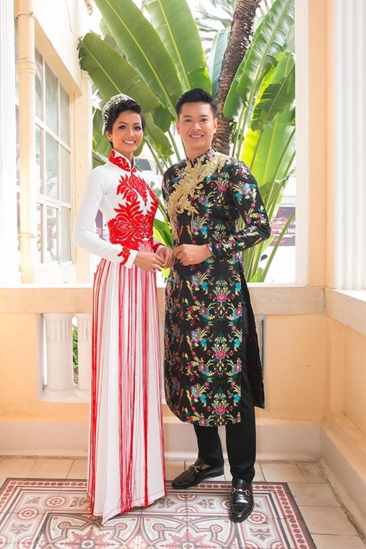 Tại sự kiện, H'Hen Niê còn mặc một chiếc áo dài khác. Hai chiếc áo dài hoàn toàn khác nhau nhưng tương đồng ở việc đều tạo điểm nhấn bởi các chi tiết hoa văn cầu kỳ.