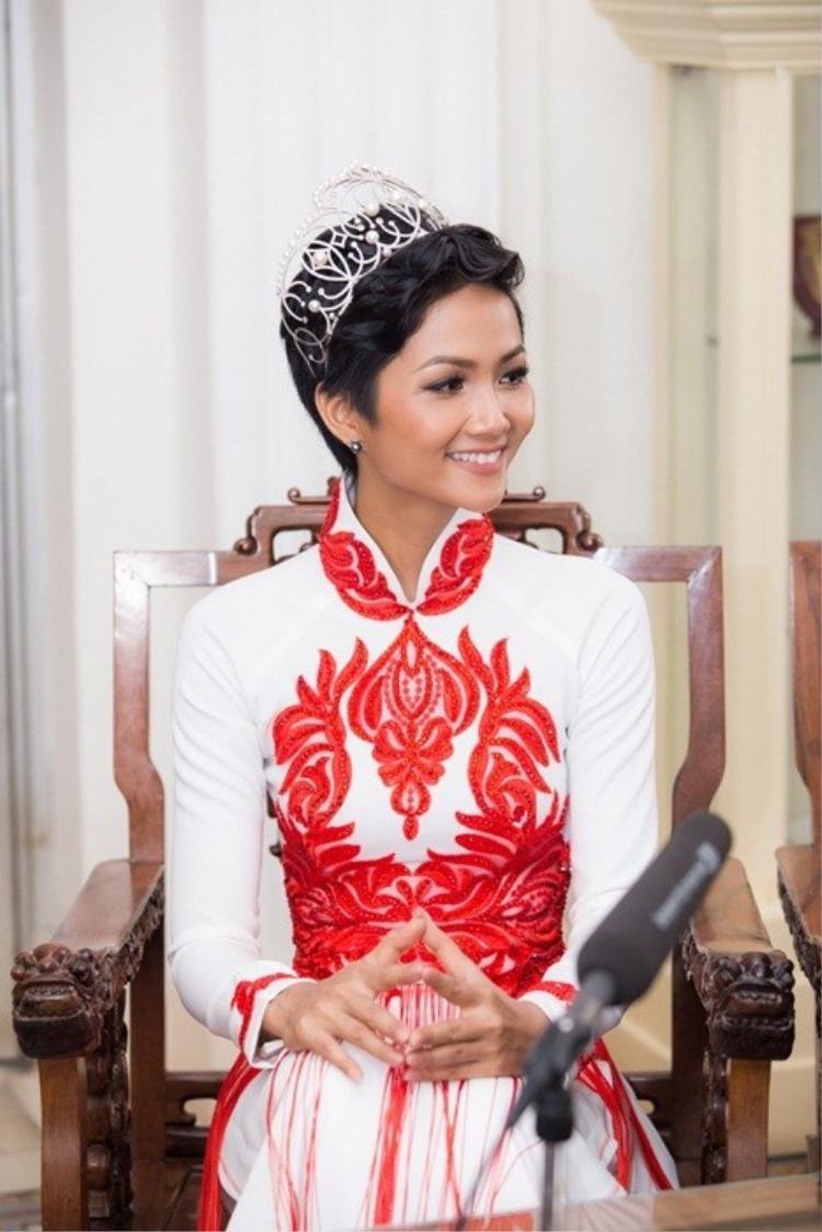 Những tưởng mái tóc tém sẽ khó lòng phù hợp với tà áo dài, thế nhưng đối với riêng H'Hen Niê, trang phục truyền thống lại tôn nét dịu dàng, nền nã của cô.