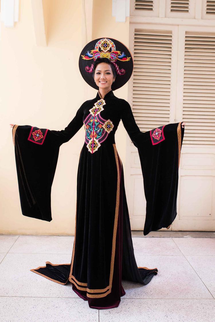 Được biết đây là thiết kế của NTK Nhật Dũng.Bộ áo dài là sự kết hợp các nét đặc trưng của 54 dân tộc. Các hoạ tiết hoa văn và màu sắc được Nhật Dũng thiết kế hài hòa tôn lên vẻ đẹp đầy quyền lực cho người mặc.