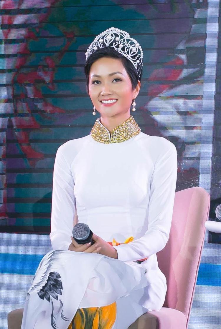 Hoa hậu người Ê Đê tiếp tục chọn trang phục áo dài để tham dự sự kiệnHành trình truyền cảm hứng: Bảo hiểm y tế Cánh tay nâng đỡvào chiều 30/1 tại TP.HCM.