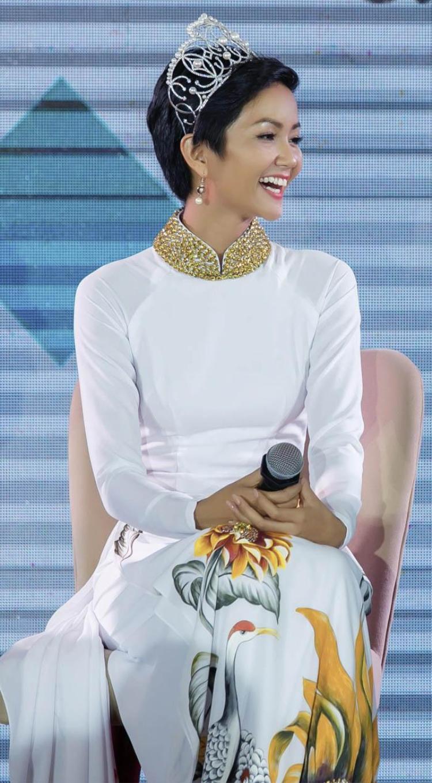 Hoa hậu rất tinh tế khi chọn tà áo dài trắng vớ họa tiết hoa hướng dương mang nhiều ý nghĩa khi đồng hành cùng chương trình nhằm kêu gọi mọi người ủng hộ phòng chống HIV, không kì thị và phân biệt người mắc bệnh HIV/AIDS.