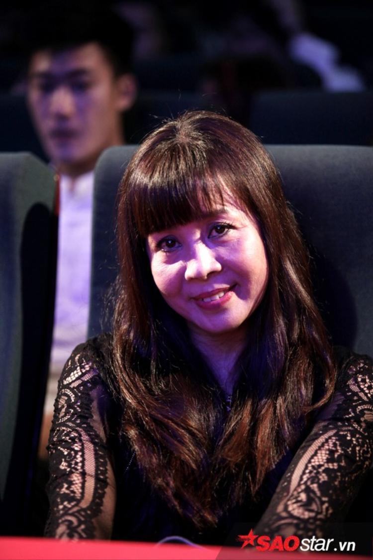 Mẹ Hoàng Thuỳ Linh - bà Lê Thu Huệ ngồi ở hàng ghế đầu ủng hộ con gái.