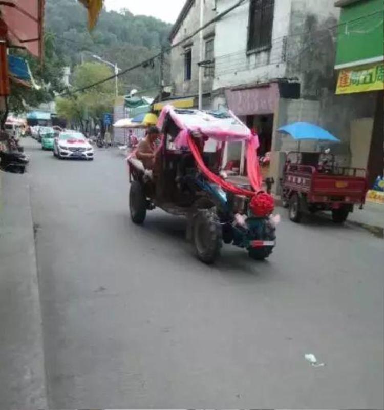 Phần đuôi xe là nơi chú rể và cô dâu ngồi.