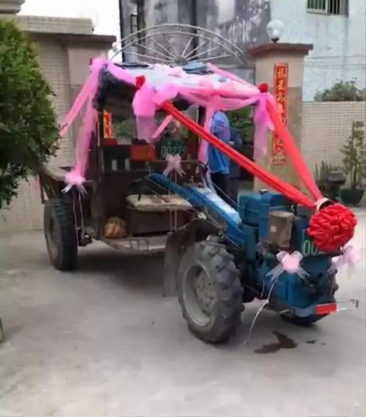 Chiếc xe được trang trí bằng những dải vải hết sức đơn giản.