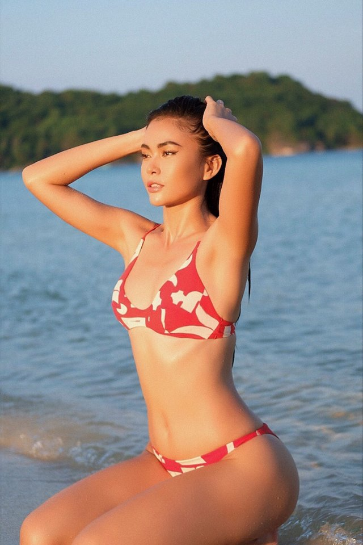 Trong bức hình mới nhất đăng trên Facebook, Mâu Thủy khoe dáng nuột nà với bộ bikini đan xen các mảng màu trắng đỏ hút mắt.