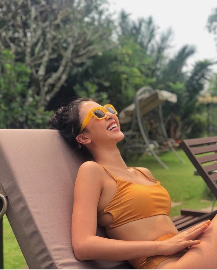 """Thêm một người đẹp có vòng """"chưa lớn"""" nhưng vẫn diện bikini cực đẹp là Quỳnh Anh Shyn. Không cần số đo 3 vòng chuẩn để làm mình thật nổi bật khi diện đồ bơi, cô nàng sử dụng thêm các phụ kiện matchy và bắt mắt."""