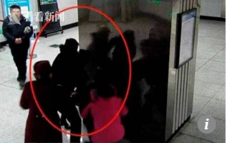 Vụ ẩu đả tại nhà ga khi người phụ nữ không chịu đặt túi xách lên máy quét an ninh.