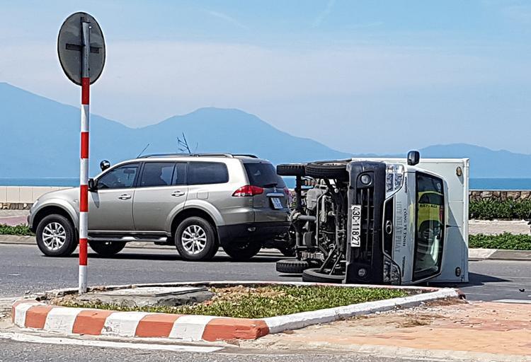 Tránh ninja tạt đầu, xe tải lật nghiêng giữa đường