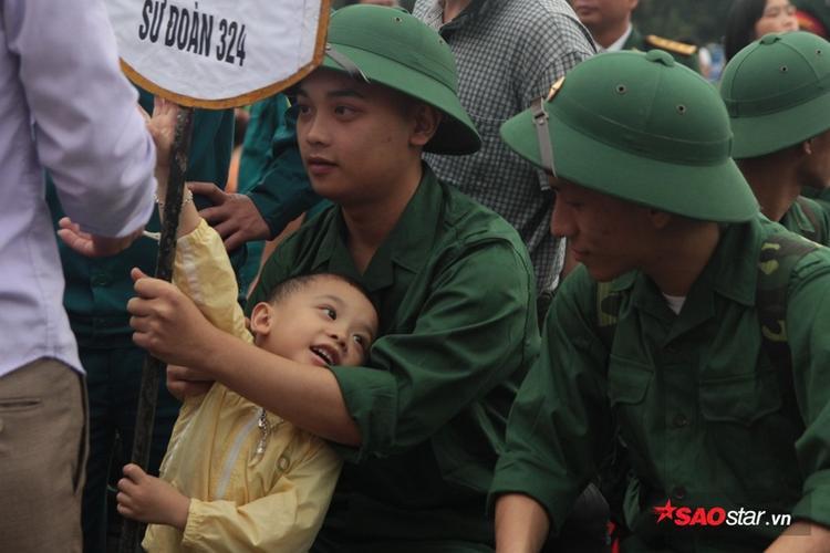 Bà nội của tân binh Trịnh Khắc Hưng (xã Nghi Phú, TP Vinh) ở Thanh Hóa nhưng cũng cố bắt xe vào Nghệ An để tiễn cháu.