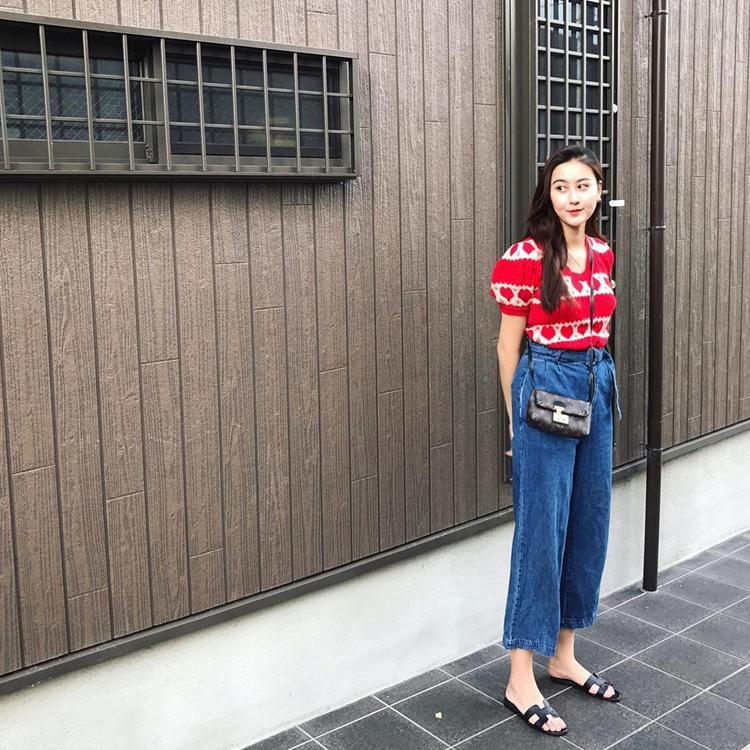 Là bạn thân của Kỳ Duyên, Hà Lade cũng nhanh chóng cập nhật cho mình một chiếc quần suông, rộng đúng xu hướng. Tuy nhiên, cô nàng lại phối trang phục theo hướng nhẹ nhàng, nữ tính hơn với dép Hermes và áo kiểu.