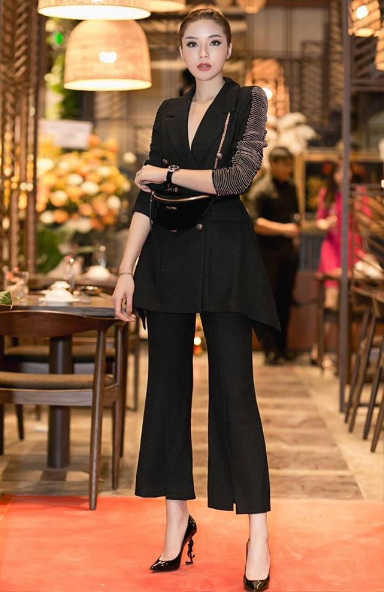Cô nàng thường lựa chọn các thiết kế có độ ôm phía trên đùi, dài vừa phải, cao trên mắt cá theo các tông màu trung tính như đen, trắng để có thể phối cùng các loại trang phục khác nhau.