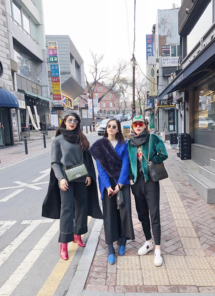 """Trong bức ảnh chụp hội bạn thân nổi tiếng: Kỳ Duyên, Diệp Lâm Anh, Hà Lade trong chuyếnđi du lịch Hàn Quốc vừa qua, có đến hai trong ba cô nàng cùng diện kiểu quần này. Có thể khẳng định, sức nóng của quần phom rộng quả là """"không phải dạng vừa""""."""