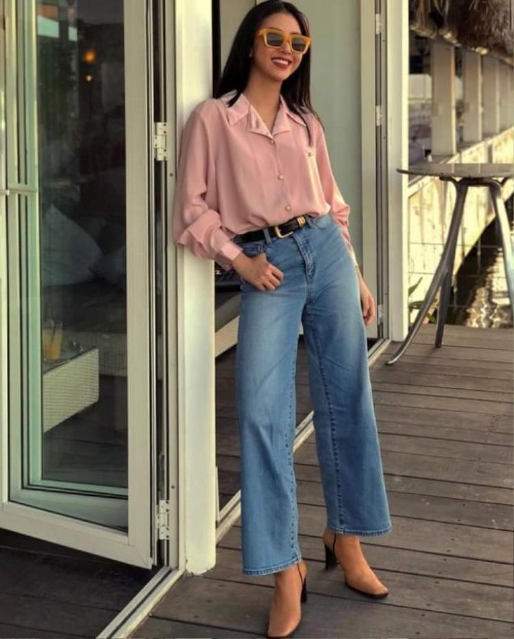 Mê mệt phong cách vintage, Quỳnh Anh Shyn ắt hẳn không thể bỏ qua kiểu quần suông, dài mang âm hưởng từ thập niên 70.
