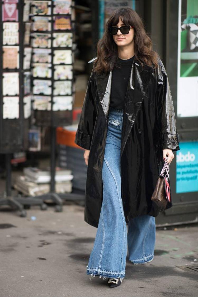 Ngoài những kiểu quần lỡ, quần với phần ống dài phủ giày đi cùng áo khoác bóng cũng là một gợi ý thú vị cho các cô nàng muốn mình trở nên mới mẻ hơn.