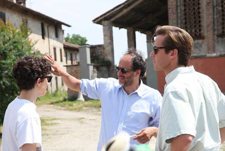 Đạo diễn Luca Guadagnino đang chỉ đạo diễn xuất cho hai diễn viên chính.