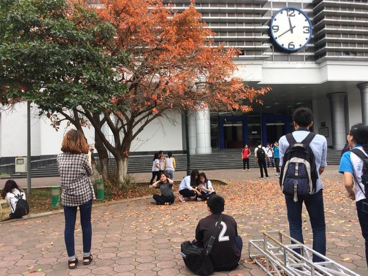 Sinh viên các trường đổ về ĐH Bách Khoa Hà Nội để chụp ảnh sống ảo mùa lá rụng