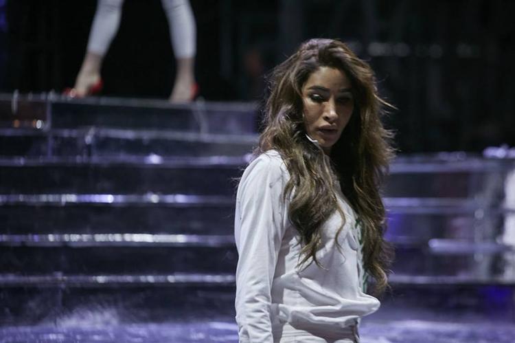 """Hoa hậu chuyển giới đến từ Israel kém chỉn chu với mái tóc rối xù. Chưa kể nhan sắc có phần """"khó cảm"""" của người đẹp."""