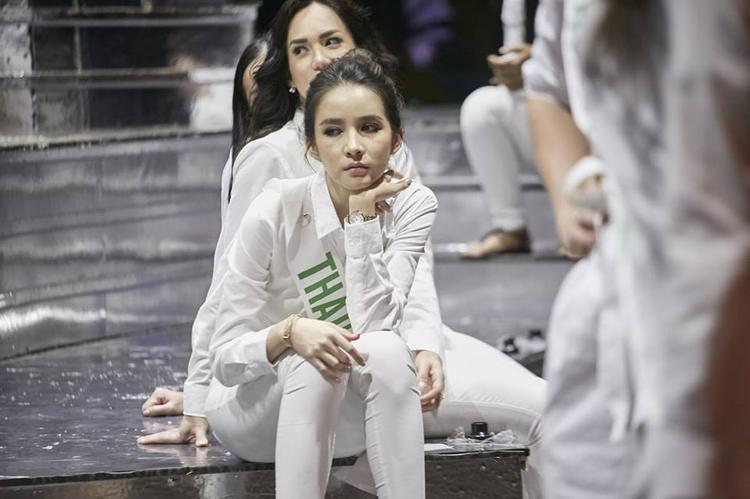 Đại diện nước chủ nhà Thái Lan cũng tỏ ra mệt mỏi. Sau đêm bán kết các thí sinh sẽ bước vào phần tổng duyệt cho đêm chung kết sẽ diễn ra vào 9/3.