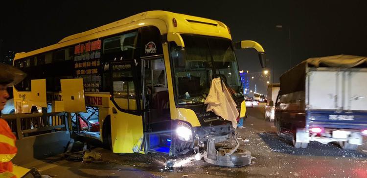 Đầu xe khách bị hư hỏng nặng, bánh xe văng ra.