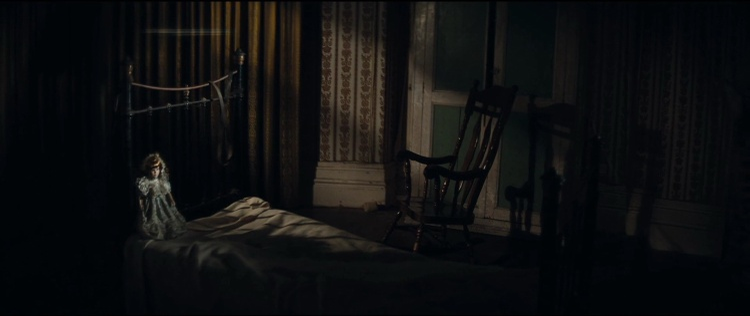 Chiếc ghế dựa chuyển động không người ngồi cùng con búp bê trên giường khiến người ta rợn gáy như bầu không khí của The Conjuring 2