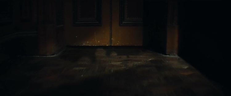 Chiếc bóng kỳ quái bên dưới khe cửa…
