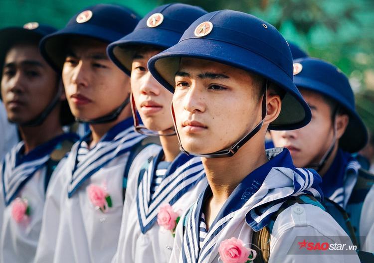 Những bông hồng được cài lên áo của mỗi chiến sĩ.