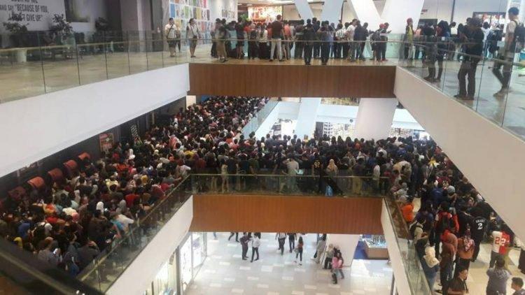 Đám đông hỗn loạn, xếp hàng dài mong có cơ hội được mua iPhone với giá rẻ.