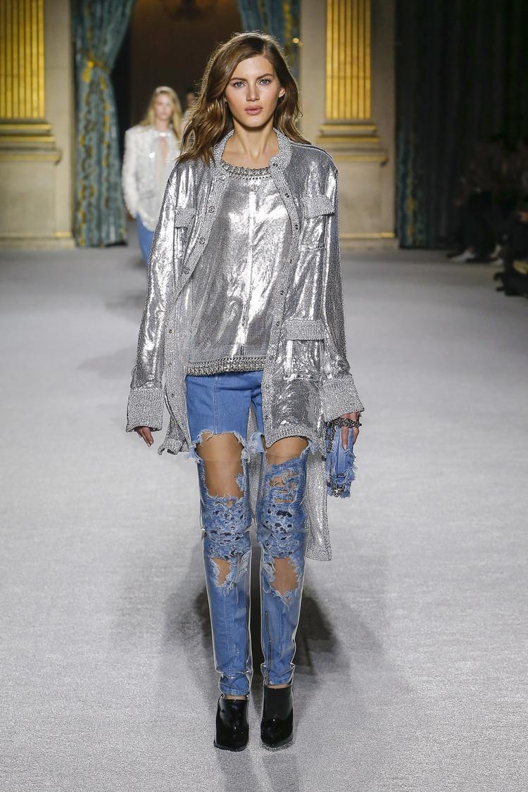 Ngoài ra, sự kết hợp cùng quần jeans rách te tua cũng tạo nên vẻ đẹp mới mẻ, cá tính cho bộ sưu tập lần này.