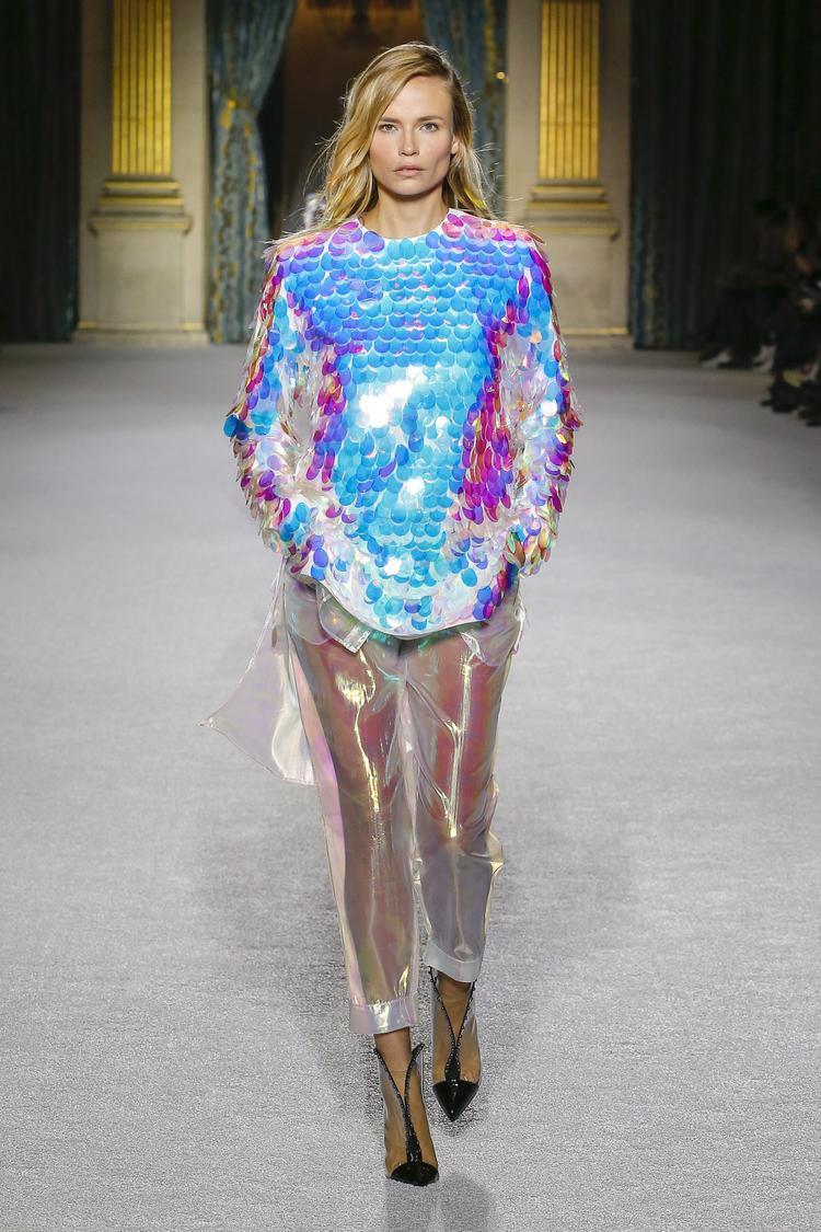 Lấy cảm hứng từ vẻ đẹp của tương lai, Balmain khiến nhiều người ngạc nhiên với cách sử dụng vải xuyên thấu, sequin cùng gam màu hologram theo một cách rất tinh tế.