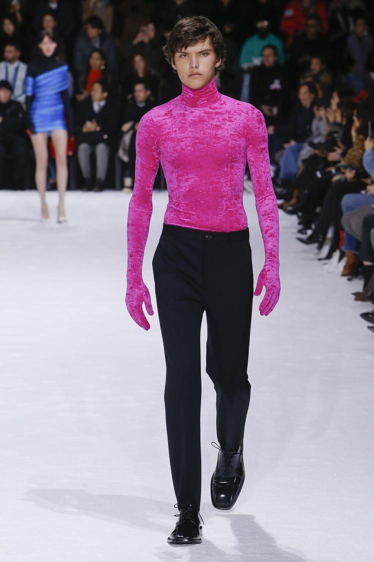Trong mùa lạnh năm nay, Balenciaga đã tạo nên sự ngạc nhiên khi theo đuổi phong cách phi giới tính, bằng việc cho dàn mẫu nam diện những chiếc áo mang gam màu chói lóa như hồng dạ quang, cùng phom dáng ôm sát.