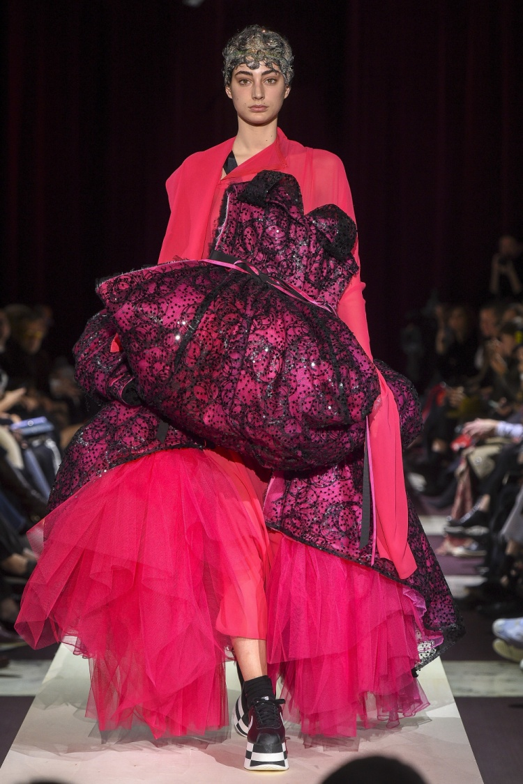 Tiếp tục trung thành với cách tạo volume khối, phồng trên quần áo cùng cách cắt may đỉnh cao, Comme Des Garcon đã đem đến một điểm nhấn thú vị giữa các thiết kế thanh lịch trong tuần lễ thời trang thu, đông 2018.