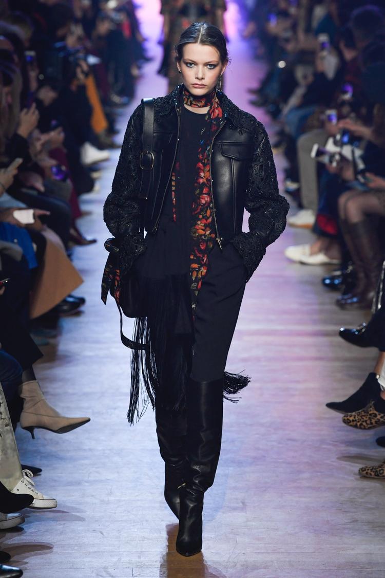 Áo khoác da, boots đen cao cổ cùng tua rua đem lại cảm hứng rock chic cho bộ sưu tập. Nhiều khán giả ví von, dàn người mẫu của Elie Saab năm nay trông như những kị binh trên sàn diễn.