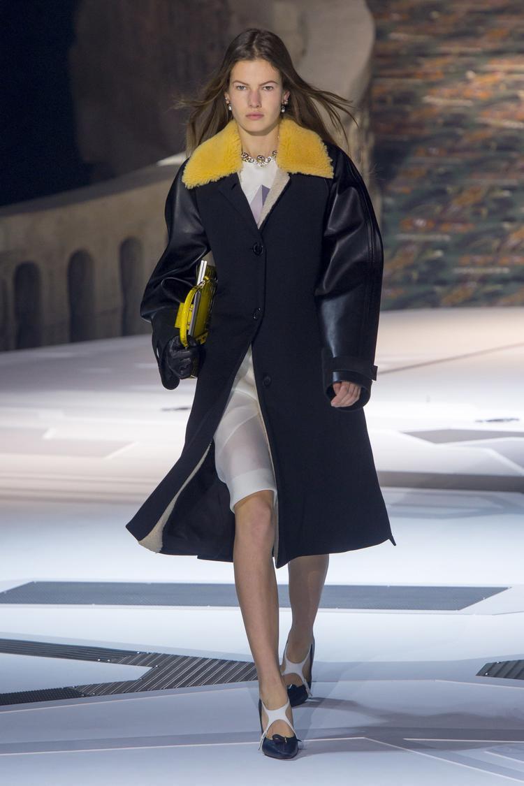 Các thiết kế của Louis Vuitton trong BST lần này đem đến một cảm hứng mới mẻ về việc sử dụng các mảng màu nổi bật trong thời trang thu, đông, cùng các chất liệu hiện đại như da, simili được hòa trộn cách khéo léo, đem lại vẻ ngoài nổi bật.