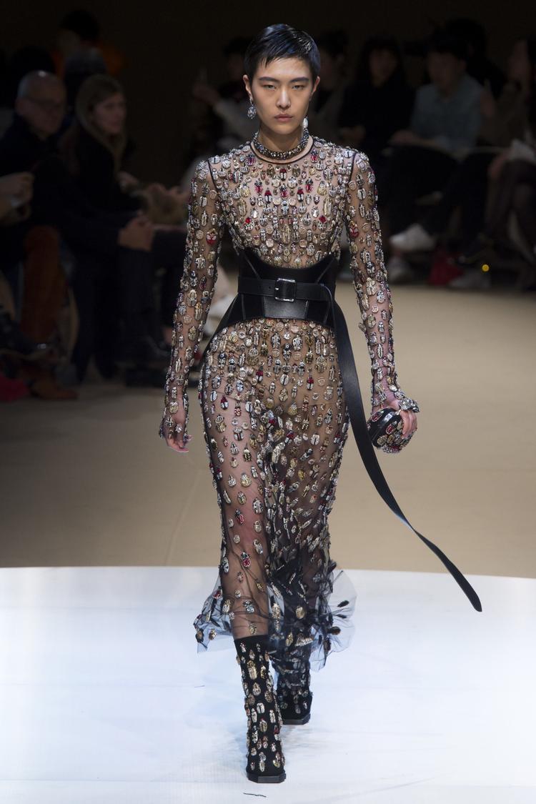 Thông qua đó, NTK cũng muốn truyền tải đến hình ảnh những người phụ nữ bị bó hãm bản thân trong lốt áo khoác bó chịt. Những kiểu áo corset, ôm siết cơ thể giống như phần vỏ cứng hay lốt kén của côn trùng, cần phá bỏ nó để vươn đến một hình mẫu tự do hơn.
