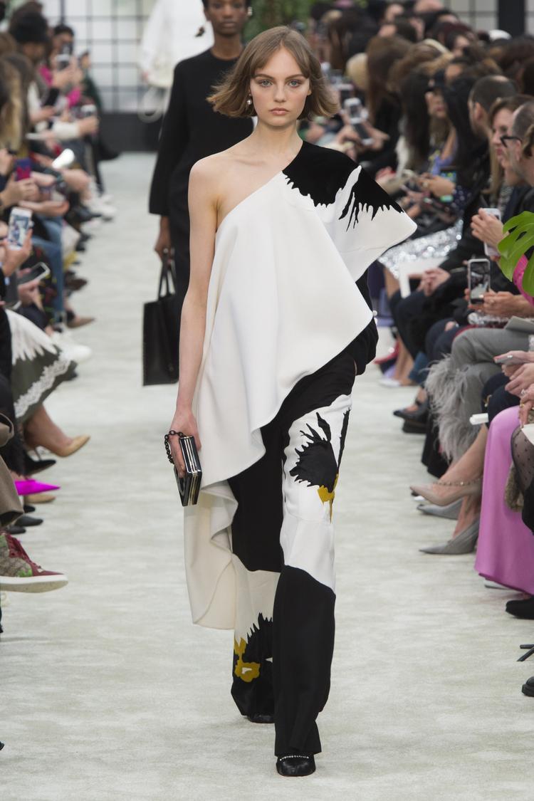 Đặc biệt, chỉ sử dụng các tông màu như đen, trắng cùng một ít tông màu vàng đất làm điểm nhấn, Valentino thật sự đã tạo nên một định nghĩa về nét tối giản bằng phương ngữ thời trang.