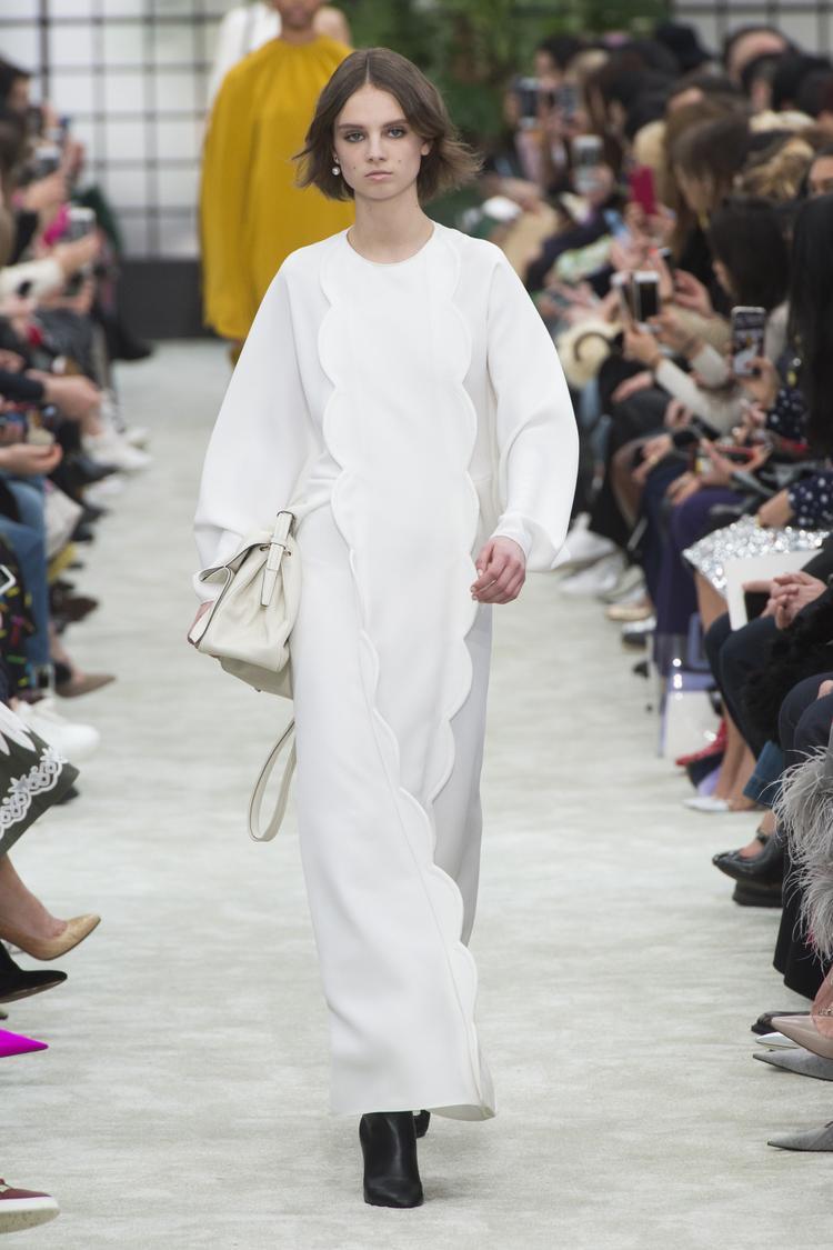Một bộ cánh với gam màu trắng toàn tập từ quần áo đến phụ kiện, điểm nhấn duy nhất là đôi giày boots đen mà người mẫu đang mang dưới chân.