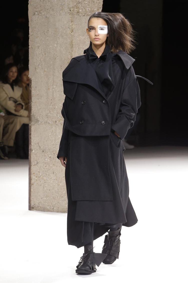 Những chiếc áo măng tô, cài lệch, phom dáng over size như muốn nuốt trọn vóc dáng người mẫu đem đến sự ấn tượng với khán giả thưởng ngoạn.