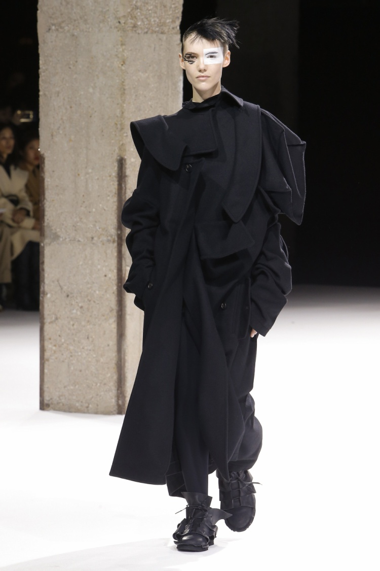 Trung thành với gam màu đen, NTK đến từ Nhật tiếp tục giới thiệu đến giới mộ điệu những sáng tạo theo phong cách bất đối xứng, cùng cách kết hợp layer vải ấn tượng.