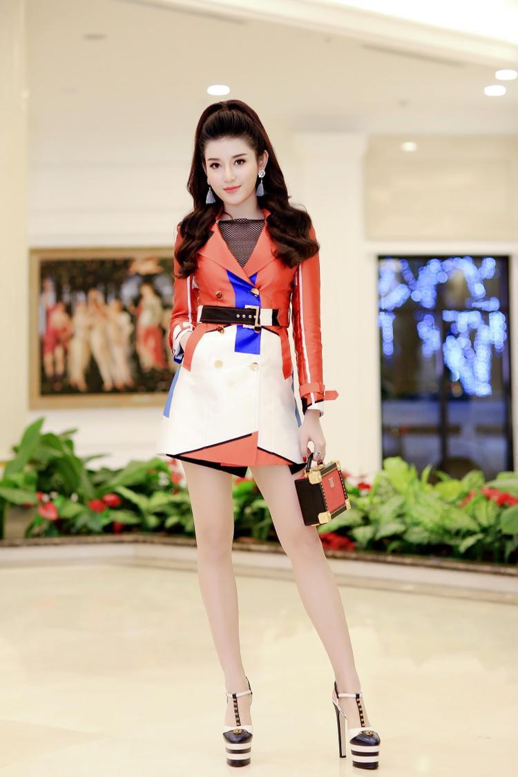 Được biết đến là một trong những tay chơi hàng hiệu của làng thời trang Việt, tại một sự kiện, á hậu Huyền My cũng đã chọn mang đôi giày Gucci này với phiên bản màu đen - trắng.