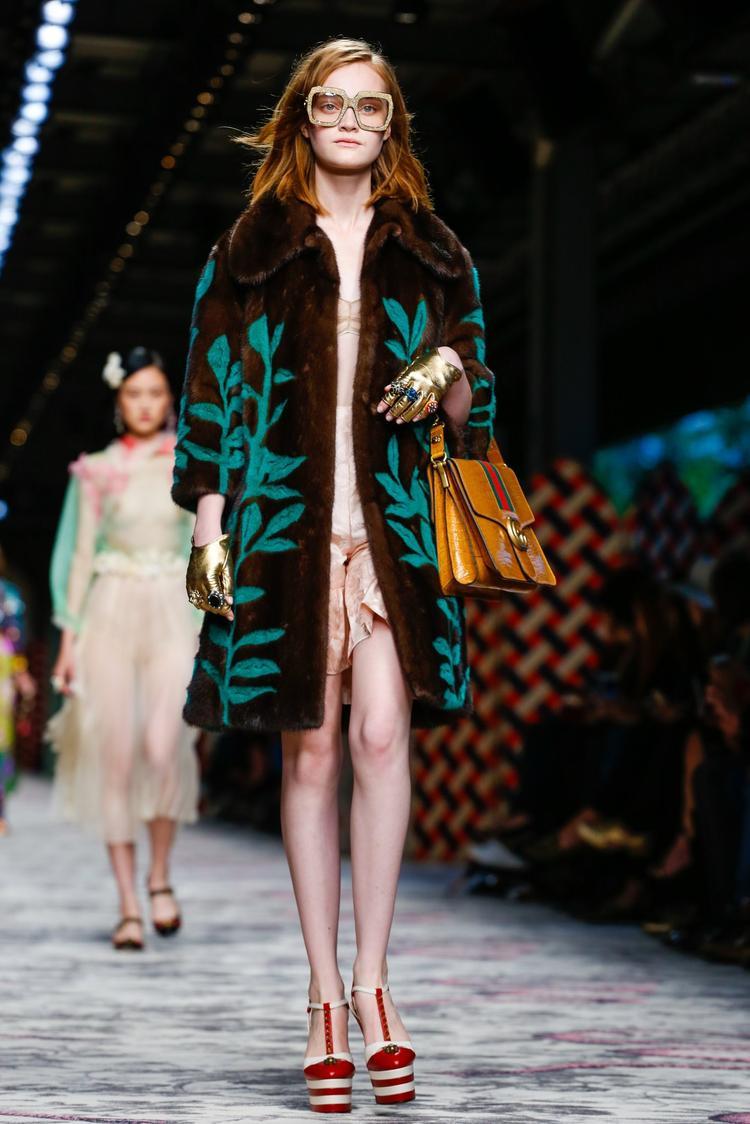 Đôi giày được người mẫu trình diễn trên sàn runway tại mùa mốt Milan Fashion Week.