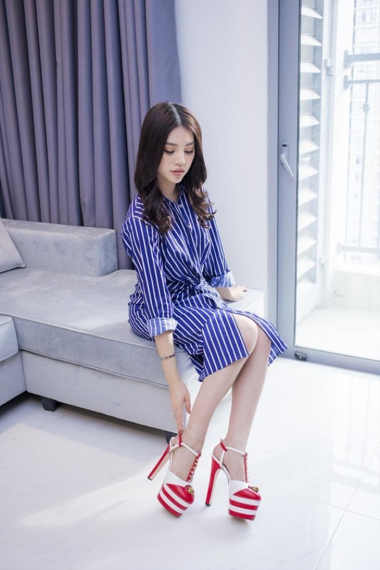 """Là một tín đồ cuồng nhiệt của giày cao gót, hoa hậu Jolie Nguyễn đã """"tậu"""" đôi giày này khá lâu. Phiên bản mà hoa hậu mang có màu đỏ - trắng."""