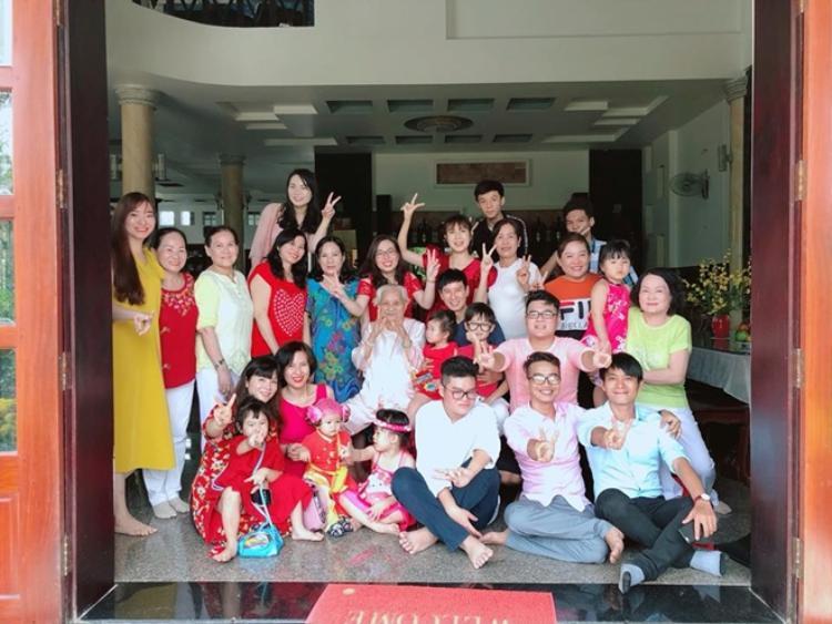 Bức ảnh gia đình nhà chồng được Minh Hà đăng tải vào sáng mùng 1 Tết. Cô bật mí đây chỉ là phân nửa quân số.