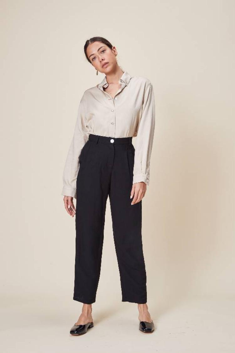 Quần ống rộng đang là mốt, vậy còn gì thích hợp hơn set đồ với áo sơ mi lụa hồng đóng thùng cùng quần kaki phom rộng này.