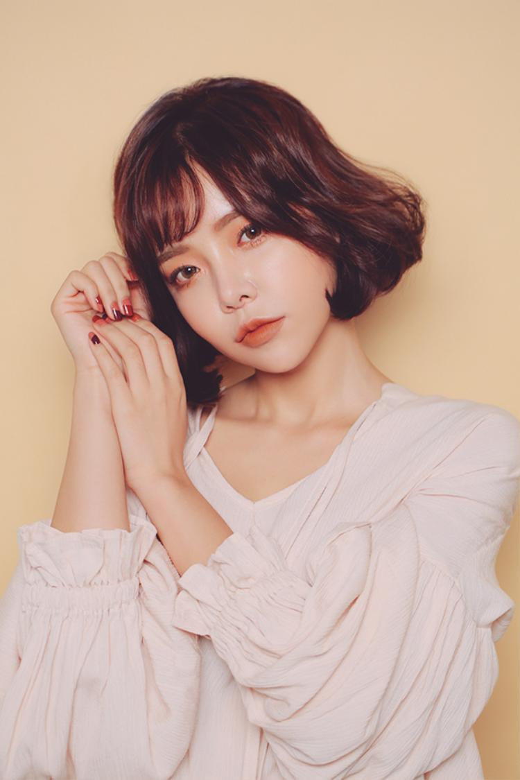 Và không chỉ có các người đẹp Việt Nam đang dần chuộng kiểu trang điểm này đâu, các cô gái Hàn Quốc nổi tiếng với vẻ đẹp trong trẻo cũng rất thích trang điểm đậm rồi.