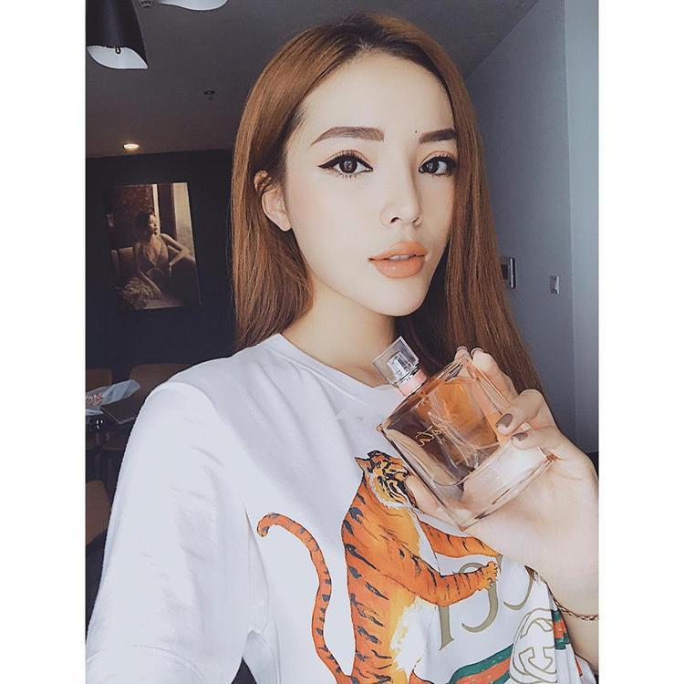 Màu son cam sữa đã giúp đôi môi của hoa hậu trở nên căng tuyệt đối. Hãy nhìn cách Duyên kẻ eyeliner mà xem, cực to và sắc nét. Đó cũng chính là một phương pháp giúp mắt của các cô gái to tròn hơn.