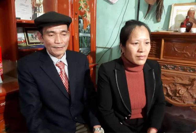 Bố mẹ của thủ môn Bùi Tiến Dũng. Bà Phạm Thị Điều đã rất nhiều lần giục các con trai sớm có vợ nhưng không thành.